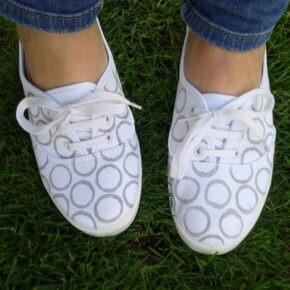 Zapatillas decoradas con círculos